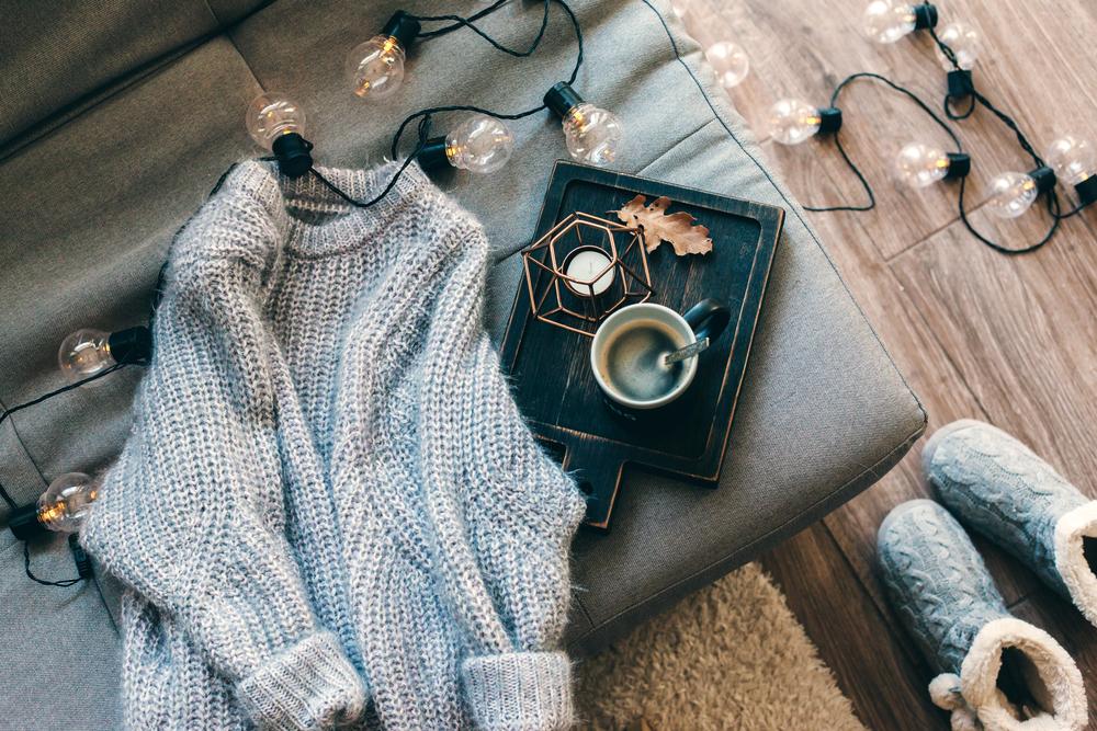 maglione di lana con ciabatte e dettagli d'autunno
